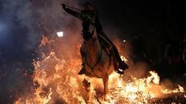 FOTO: Menunggang Kuda Menerobos Kobaran Api di Spanyol