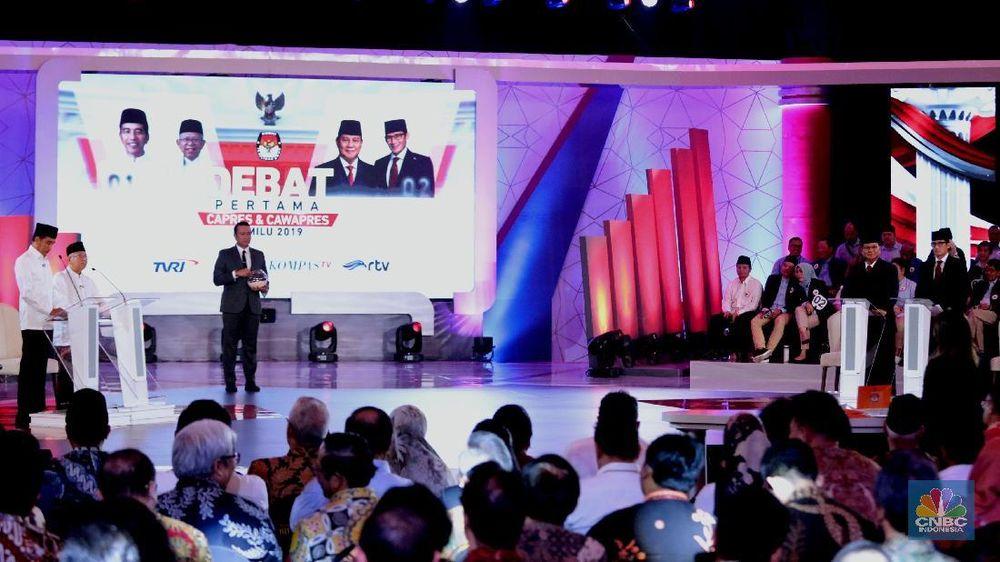 Dua pasangan Calon Presiden dan Calon Wakil Presiden saat mengikuti Debat Pertama Capres dan Cawapres di Hotel Bidakara, Kamis (17/1/2018). (CNBC Indonesia/Muhammmad Sabki)
