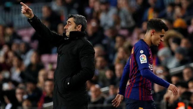 Philippe Coutinho berjalan melewati pelatih Barcelona Ernesto Valverde pada menit ke-64. Coutinho ditarik keluar setelah Valverde memasukkan Luis Suarez. (REUTERS/Albert Gea)