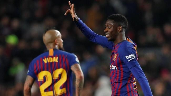 Satu menit kemudian Ousmane Dembele menggandakan keunggulan Barcelona. Winger timnas Prancis itu lagi-lagi berhasil memanfaatkan umpan terobosan Lionel Messi. (REUTERS/Albert Gea)