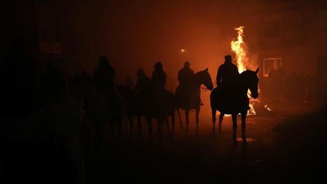 Setelah api dari tumpukan kayu bakar telah siap, para penunggang kuda mengantri bersiap untuk menembus kobaran api tersebut. (REUTERS/Susana Vera)