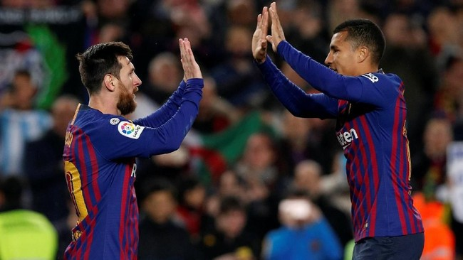 Lionel Messi merayakan gol ke gawang Levante berhasil bek baru Barcelona Jeison Murillo. Skor 3-0 untuk Barcelona bertahan hingga laga usai. (REUTERS/Albert Gea)