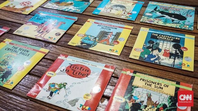 Ia bahkan punya komik Tintin tak hanya dalam edisi bahasa Indonesia. (CNN Indonesia/Agniya Khoiri)