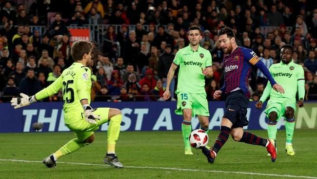 Keunggulan Barcelona bertambah pada menit ke-54 melalui Lionel Messi yang meneruskan umpan silang Nelson Semedo dan mencungkil bola melewati kiper Aitor. (REUTERS/Albert Gea)