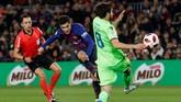 Winger Philippe Coutinho yang belakangan jarang dimainkan juga menjadi starter. Barcelona harus mengejar defisit 1-2 saat menjamu Levante di leg kedua. (REUTERS/Albert Gea)