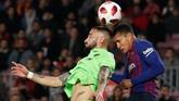 Bek baru Barcelona Jeison Murillo duel udara dengan pemain Levante Erick Cabaco. Barcelona lolos ke perempat final dengan agregat kemenangan 4-2, tapi Azulgrana terancam didiskualifikasi dari Copa del Rey. (REUTERS/Albert Gea)