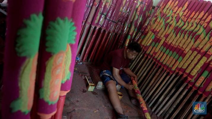 Mengintip Industri Rumahan Produsen Pernak-pernik Imlek