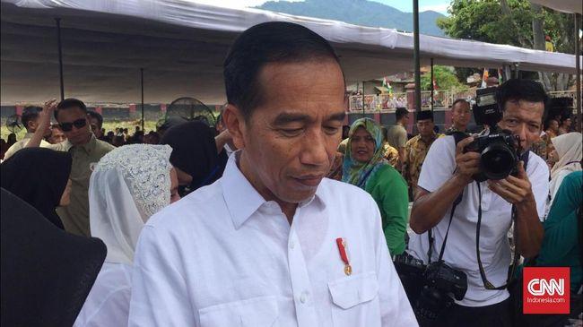 Ratusan Warga Garut Sambut Jokowi di Tepi Jalan