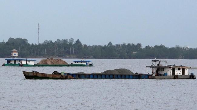 Setiap tahun, tanah di sekitar Sungai Mekong, yang berbatasan dengan Vietnam, Thailand, Laos, Kamboja, Chinda dan Myanmar, turun 2 cm akibat pembangunan dam/bendungan dan penambangan besar-besaran. (Reuters/Kham)