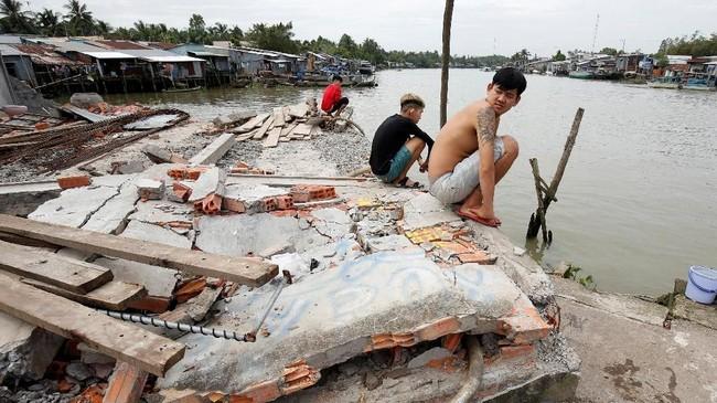 Arus deras inikemudian menggerogoti tepi sungai dan membahayakan penduduk yang tinggal di sana. (Reuters /Kham)