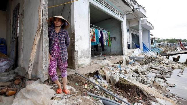 Selama ini, air Mekong selalu berwarna coklat gelap. Kini, airnya lebih bening. Dan tanpa sedimen baru dari hulu, air di dasar sungai yang lebih dalam jadi lebih deras. (Reuters/Kham)