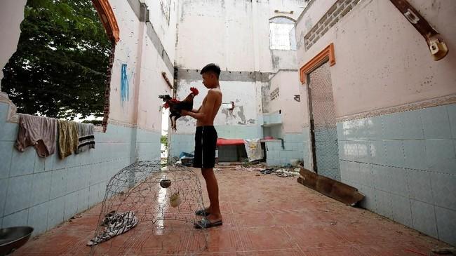 Permintaan pasir yang besar ini juga memicu penambangan ilegal di sepanjang Mekong. (Reuters/Kham)