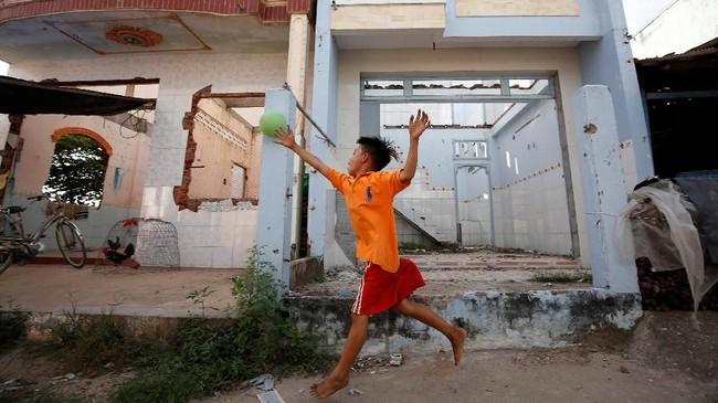 Pada pertengahan Desember lalu, rumah di sekitar tepian Mekong terkena longsor akibat rusaknya ekosistem Mekong. (Reuters/Kham)