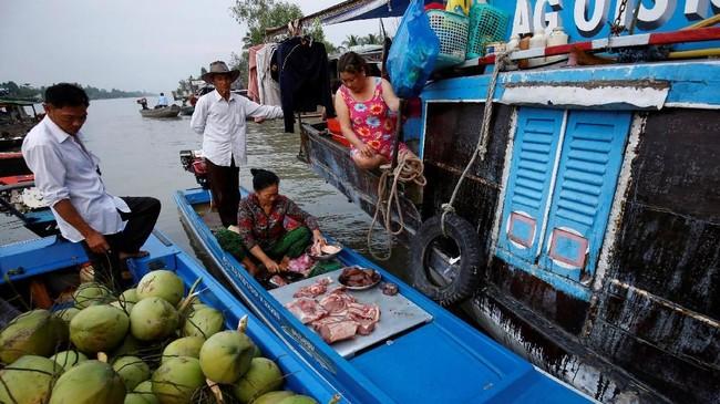 Penyebab utamanya adalah pembangunan dam di Kamboja, Laos dan China yang telah menghilangkan sedimen penting Mekong. (Reuters/Kham)