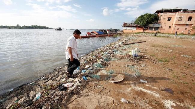 Permintaan pasir dari Mekong tak hanya berasal dari negara yang dilewatinya, namun dari negara Asia lainnya termasuk Singapura. Sementara itu, pembangunan bendungan sebagai sumber listrik pun tetap berjalan. (Reuters/Kham)