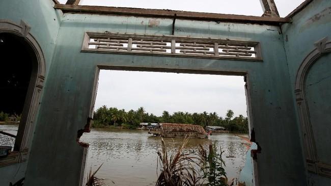 Di seluruh kawasan itu, pemerintah setempat berjuangmenahan laju erosi yang cepat yang menghancurkan rumah-rumah dan mengancam mata pencaharianwarga. (Reuters/Kham)