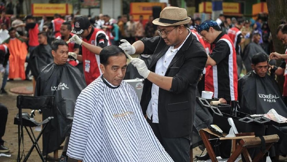 Ia menuturkan bahwa tak banyak permintaan dari Presiden Joko Widodo saat hendak memangkas rambutnya. Sejak menjadi langganan Presiden, ia juga mengaku usahanya menjadi lebih ramai dari biasanya. (Dok: Biro Setpres RI)