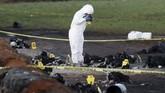 Pagi harinya, petugas forensik pun menyusuri lokasi dan memasukkan jenazah-jenazah yang terbakar ke kantung mayat. Luka bakar membuat beberapa jenazah sulit diidentifikasi. (REUTERS/Henry Romero)