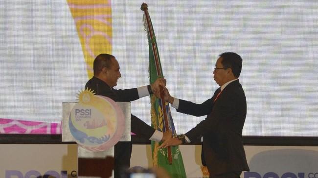 Ketua Umum PSSI Edy Rahmayadi (kiri) berjabat tangan saat menyerahkan bendera organisasi sepak bola Indonesia kepada Wakil Ketua Umum PSSI Djoko Driyono setelah menyatakan pengunduran diri dalam pembukaan Kongres Tahunan PSSI 2019 di Nusa Dua, Bali, Minggu (20/1). (ANTARA FOTO/Nyoman Budhiana)