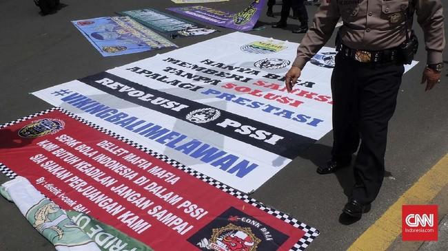 Suporter menggelar demo di depan Hotel Sofitel saat Kongres Tahunan PSSI 2019, Minggu (20/1). Hanya saja, keinginan suporter bertemu dengan Edy Rahmayadi yang baru saja mundur dari Ketua Umum PSSI berakhir gagal. (CNN Indonesia/Arby Rahmat Putratama)