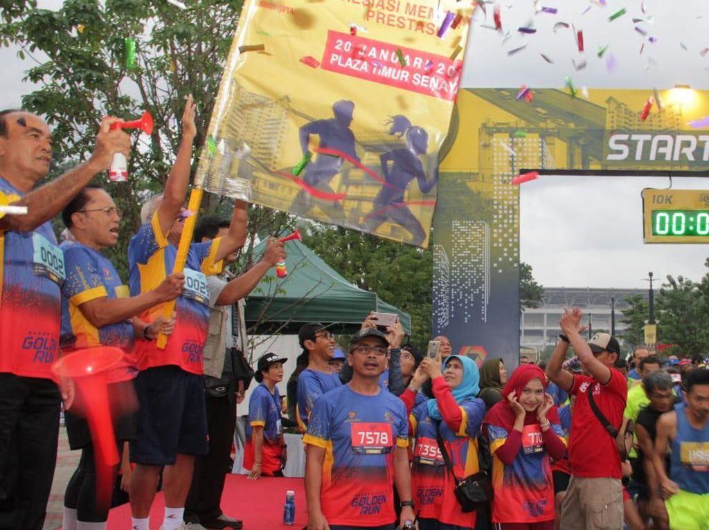 Komisaris Utama Bangun Tjipta Sarana (BTS) Siswono Yudo Husodo (kiri), Direktur Utama BTS Fatchur Rochman (dua kiri) mengibarkan bendera start lomba lari Bangun Tjipta Golden Run 2019. Istimewa.