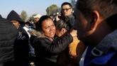 Ratusan warga di Tlahuelilpan, negara bagian Hidalgo, Meksiko berhamburan saat pipa bahan bakar milik perusahaan minyak Petroleos Mexicanos terbakar, Jumat (18/1) malam. (REUTERS/Henry Romero)