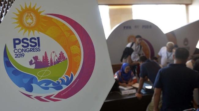 Sejumlah peserta melakukan pendaftaran menjelang Kongres Tahunan PSSI 2019 di Nusa Dua, Bali. Kongres Tahunan PSSI tersebut akan berlangsung pada Minggu (20/1/2019). (ANTARA FOTO/Nyoman Budhiana)