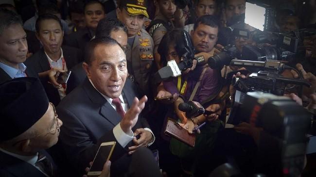 Mantan Ketua Umum PSSI Edy Rahmayadi (kedua kiri) menyampaikan keterangan kepada pers terkait pengunduran dirinya seusai pembukaan Kongres Tahunan PSSI 2019 di Nusa Dua, Bali, Minggu (20/1). (ANTARA FOTO/Nyoman Budhiana)
