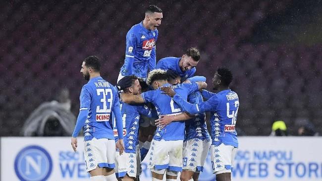 Gol Arka Milik yang membuat skor menjadi 2-0 mendapat sambutan meriah dari para pemain Il Partenopei. (REUTERS/Alberto Lingria)