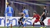 Milik berupaya mencetak gol lagi bagi Napoli namun justru Lazio yang mampu memperkecil ketertinggalan berkat gol Ciro Immobile pada menit ke-65. Skor 2-1 untuk Napoli bertahan hingga laga bubar. (REUTERS/Alberto Lingria)