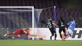 Jose Callejon mencetak gol pertama Napoli ke gawang Lazio pada menit ke-34. Gol ke gawang Thoma Strakosha adalah yang pertama bagi mantan pemain Real Madrid itu pada musim ini. (REUTERS/Alberto Lingria)