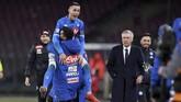 Jose Callejon merayakan gol di hadapan Carlo Ancelotti. (REUTERS/Alberto Lingria)
