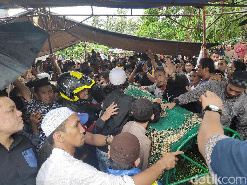 Ribuan Orang Lepas Kepergian Istri Ustaz Maulana