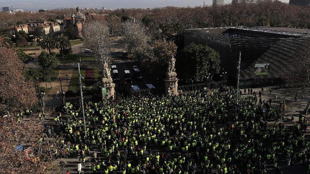 Ratusan Sopir taksi melakukan aksi dan mencoba masuk ke parlemen Catalan, Spanyol, Senin, 21/1/2019. (AP Photo/Manu Fernandez)