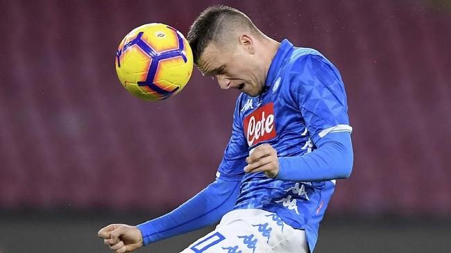 Piotr Zielinski yang menempati posisi gelandang kiri Napoli menanduk bola dalam sebuah duel udara (REUTERS/Alberto Lingria)