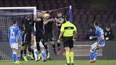 Hanya berselang tiga menit dari gol Callejon, Arkadiusz Milik membawa Napoli menggandakan keunggulan. (REUTERS/Alberto Lingria)