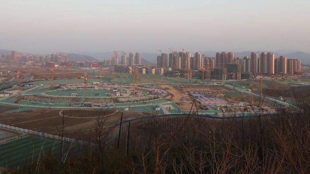 Ilustrasi pembangunan infrastruktur sekolah dan bangunan di Yanan New Zone, provinsi Shaanxi, China. Pertumbuhan ekonomi China di 2018 jatuh ke level terendah sejak 1990 karena pukulan perang dagang dengan Amerika Serikat (AS). (REUTERS/Yawen Chen)