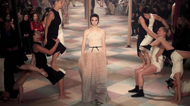 Sebagai desainer perempuan pertama untuk Dior sejak 1946, Chiuri'memantapkan' diri untuk mengusung visi yang menggambarkan kekuatan kolektif perempuan dan hal besar yang bisa dicapainya. (REUTERS/Gonzalo Fuentes)