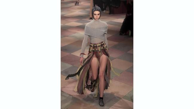 Mereka pun membawa para penari dari Tel Aviv untuk menghiasi runway di show bulan September tahun lalu, dan kali ini, untuk koleksi haute couture musim panas 2019. (REUTERS/Gonzalo Fuentes)