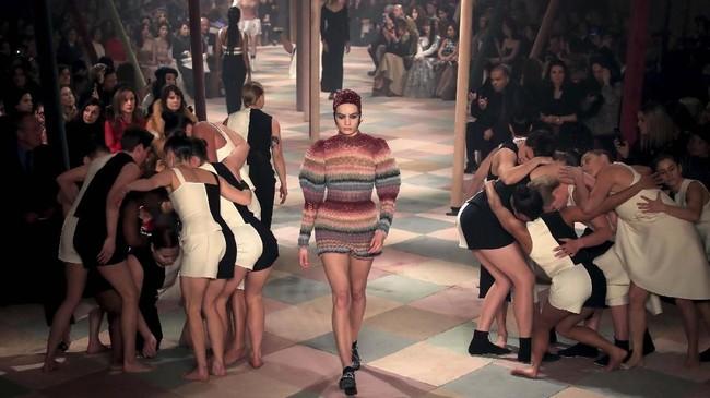 FOTO: 'Akrobat' Dior di Panggung Couture Paris