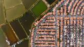 Tak cuma area perkantoran atau pemukiman penduduk, area pemakaman juga sama sesaknya.