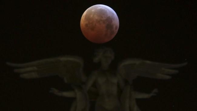 Sementara supermoon terjadi sebagai akibat dari orbit bulan yang berbentuk elips. Ketika bulan berada di titik orbit terdekat dengan Bumi, membuat Bulan lebih besar dari biasanya. (REUTERS/Sergio Perez).