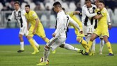 Cristiano Ronaldo memiliki peluang emas mencetak gol lewat titik putih pada menit ke-52 setelah Douglas Costa dijatuhkan Mattia Bani. (REUTERS/Massimo Pinca)