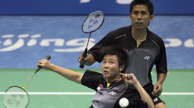 Di Olimpiade Beijing 2008 Nova Widianto/Liliyana Natsir harus puas dengan medali perak lantaran kalah dari Lee Yong Dae/Lee Hyo Jung di babak final. (AFP PHOTO/Indranil MUKHERJEE)