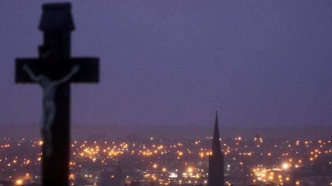 Teror bom mobil di Kota Londonderry pada Sabtu (19/1) pekan lalu mengoyak ketenangan Irlandia Utara yang sudah berdamai dari konflik. (REUTERS/Clodagh Kilcoyne)