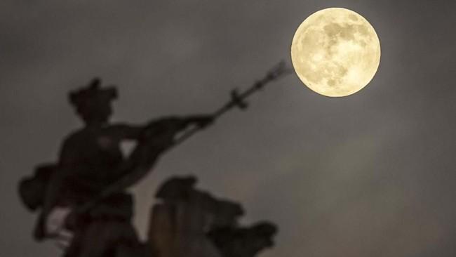 Pada Minggu (20/1) malam, penduduk berbagai belahan dunia menyaksikan bulan purnama yang sangat besar (supermoon) dan diikuti dengan gerhana yang membuat bulan berwarna kemerahan (blood moon) sesaat sebelum gerhana total terjadi. (REUTERS/Wolfgang Rattay)
