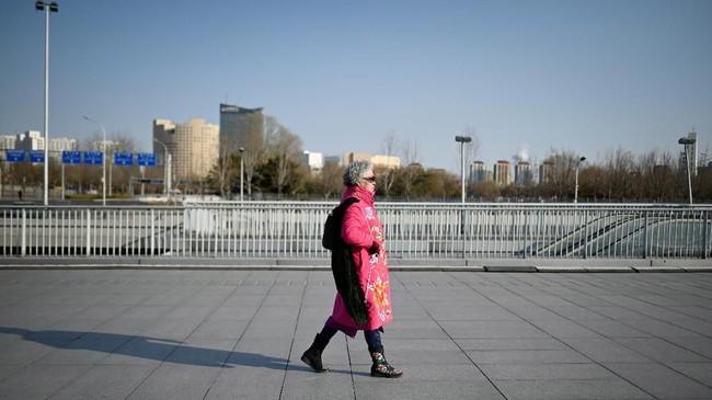 Di China, bukan hal baru jika melihat para lansia beraktivitas di tempat-tempat umum. Ada yang berlatih menari, tai chi, atau bernyanyi. (Photo by WANG ZHAO/AFP)