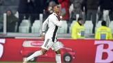 Douglas Costa mencetak gol pembuka Juventus ke gawang Stefano Sorrentino pada menit ke-13 lewat tendangan keras dari luar kotak penalti. REUTERS/Massimo Pinca)