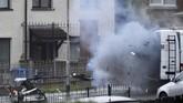 Tidak ada yang terluka dalam kejadian ledakan bom mobil di Londonderry, Irlandia Utara. (REUTERS/Clodagh Kilcoyne)