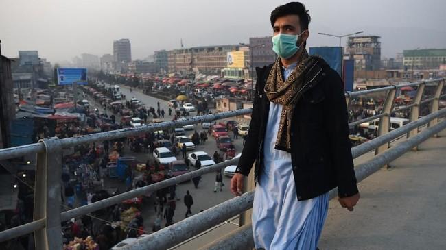 Tingkat polusi melonjak pada malam dan pagi hari, karena banyak warga menggunakan penghangat ruangan ketika suhu sedang berada di titik terendah. (Photo by WAKIL KOHSAR / AFP)